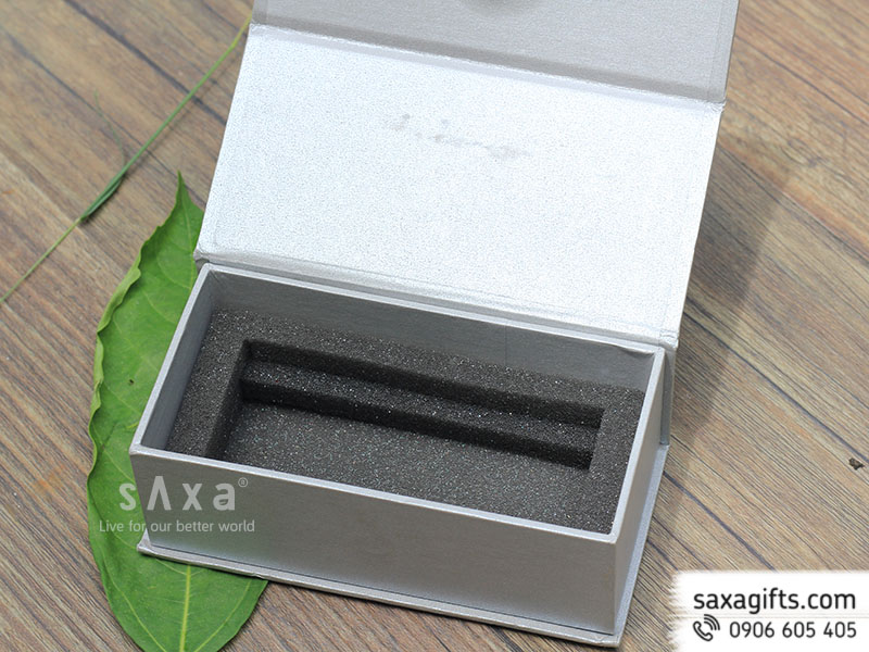 Hộp quà giấy mỹ thuật đựng pin sạc dự phòng - bên trong có mút định hình theo sản phẩm