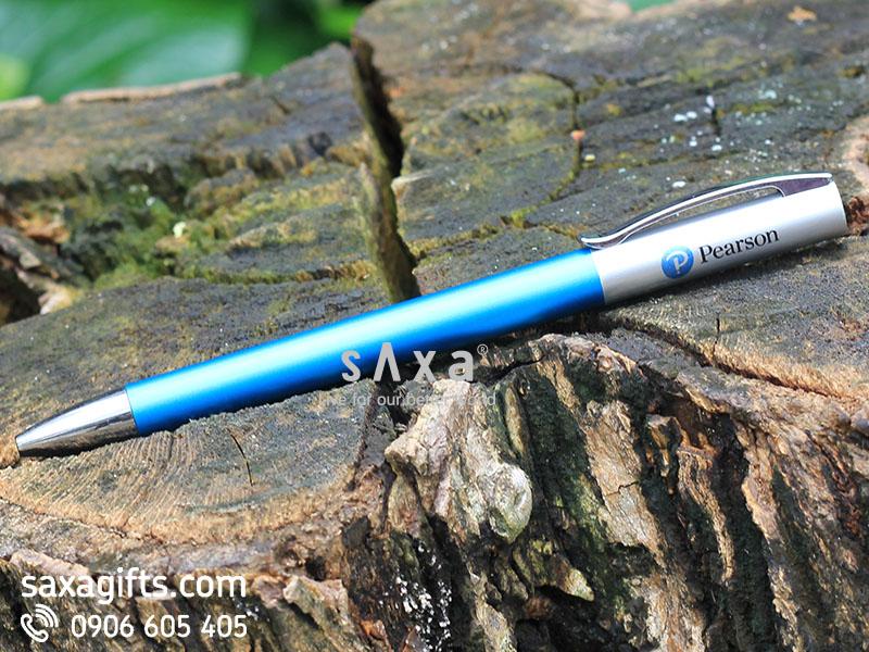Bút bi nhựa in logo dạng xoay màu xanh phối màu bạc ánh kim loại