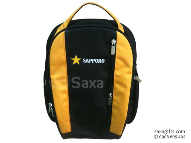 Balo laptop in logo màu đen vàng form chữ V của Sapporo
