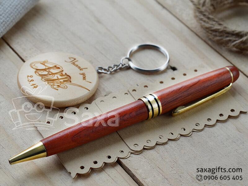 Bộ giftset văn phòng in logo gồm bút ký và móc khóa gỗ