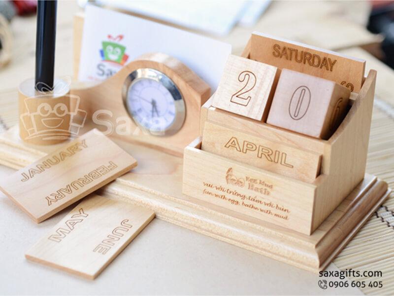 Quà để bàn gỗ in logo 3in1 gồm đồng hồ, lịch gỗ và chỗ cắm bút