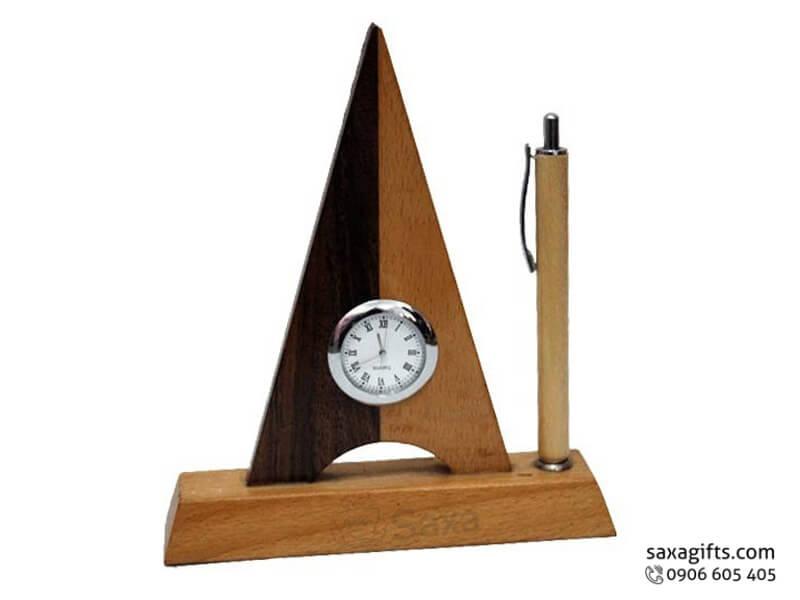 Quà để bàn gỗ in logo gồm đồng hồ hình tháp và chỗ cắm bút