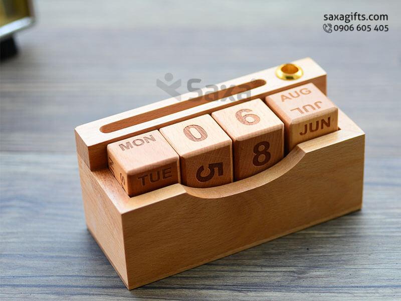 Quà để bàn gỗ in logo gồm: lịch gỗ + khe đựng namecard + cắm bút độc đáo
