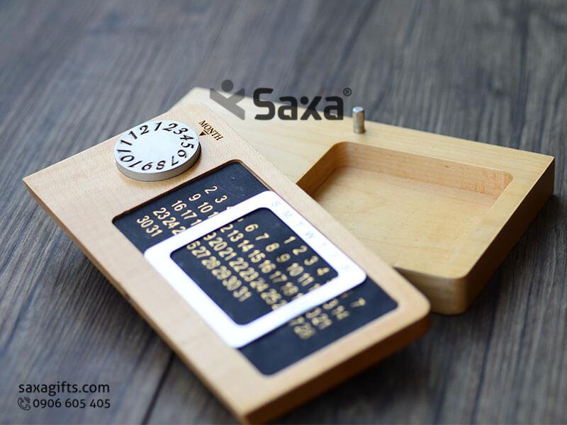 Quà để bàn in logo 2in1: Lịch gỗ vạn niên + khay đựng sổ note