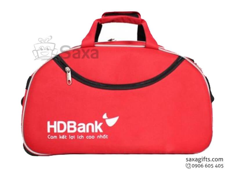 Túi du lịch in logo form hộp bo tròn cạnh trên của HD Bank