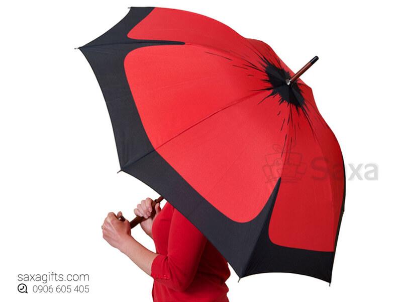 Dù cầm tay in logo cán cong vải dù đỏ phối đen màu loang độc đáo
