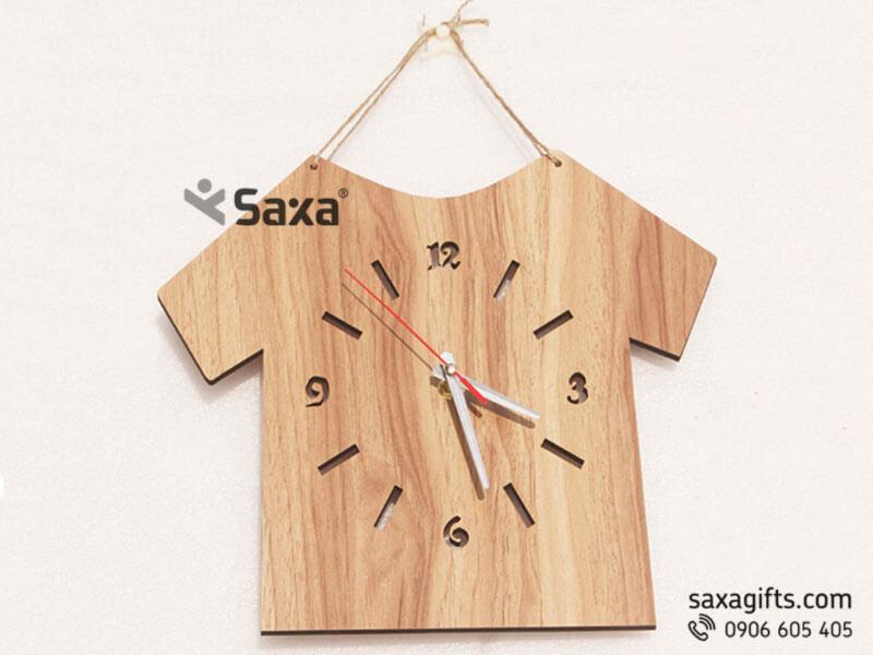 Đồng hồ gỗ quà tặng – Kiểu dáng chiếc áo thun độc đáo. Được chế tác từ 1 bản gỗ tầm 25x30cm, tạo hình chiếc áo kiểu 2d.
