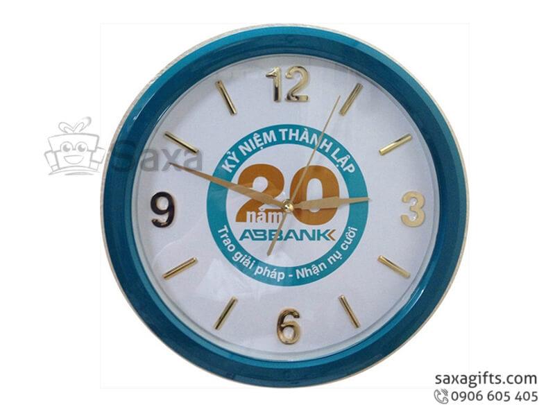 Đồng hồ treo tường in logo hình tròn chữ số xi vàng của ABBank