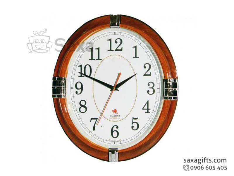 Đồng hồ treo tường in logo hình oval viền giả gỗ phối bạc sang trọng