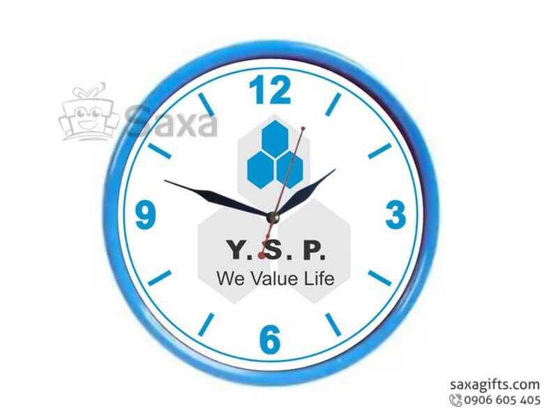 Đồng hồ treo tường in logo hình tròn viền xanh dương phối trắng Y.S.P