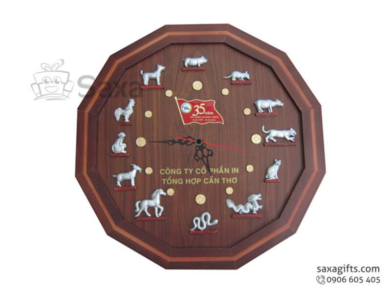 Đồng hồ treo tường in logo 12 cạnh bằng gỗ vạch số 12 con giáp