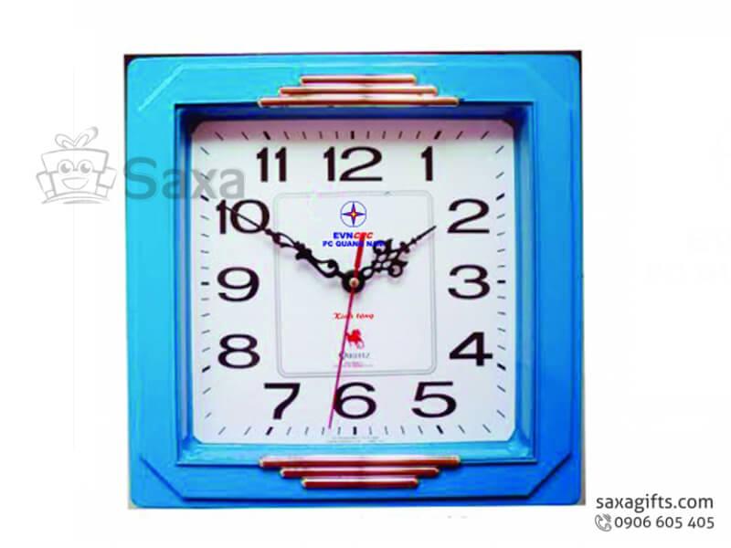Đồng hồ treo tường in logo hình vuông màu xanh dương nổi bật