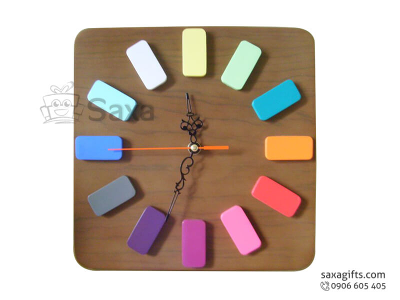 Đồng hồ treo tường in logo bằng gỗ vạch số sơn màu cá tính