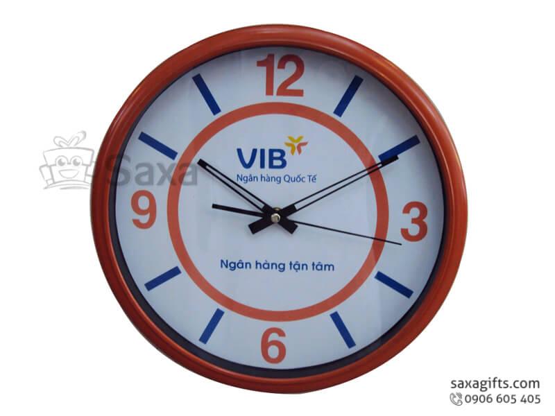 Đồng hồ treo tường in logo giả gỗ vạch số xen kẽ của VIB