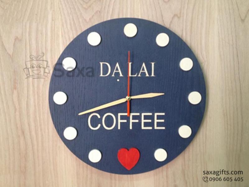 Đồng hồ treo tường bằng gỗ in logo hình tròn của Dạ Lai Coffee