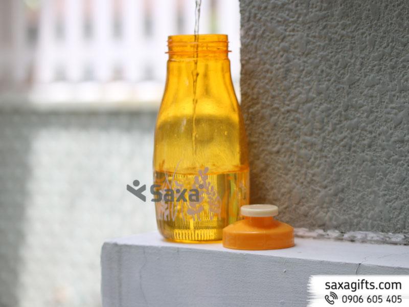 Bình nước thể thaobằng nhựa nắp bật phối hoa ở phần chân bình luôn hấp dẫn giới trẻ, đặc biệt là các bạn học sinh sinh viên. Bình được làm bằng chất liệu nhựa PPkhông có chứa BPA