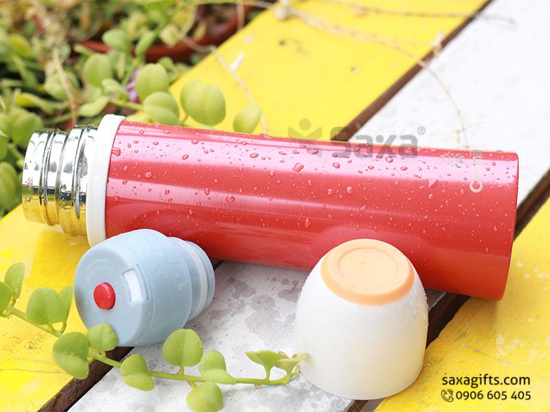 Bình giữ nhiệt in logo hiệu Carlmann có dây xách nắp tròn kiểu bình đựng nước, hình dáng thon dài, thân bình sơn màu đỏ nổi bật, nắp màu trắng có gắn dây mang xách tiện dụng. Hoặc khách có thểđặtin logo lên bình giữ nhiệt inox theo mẫu thiết kế riêng của mình.