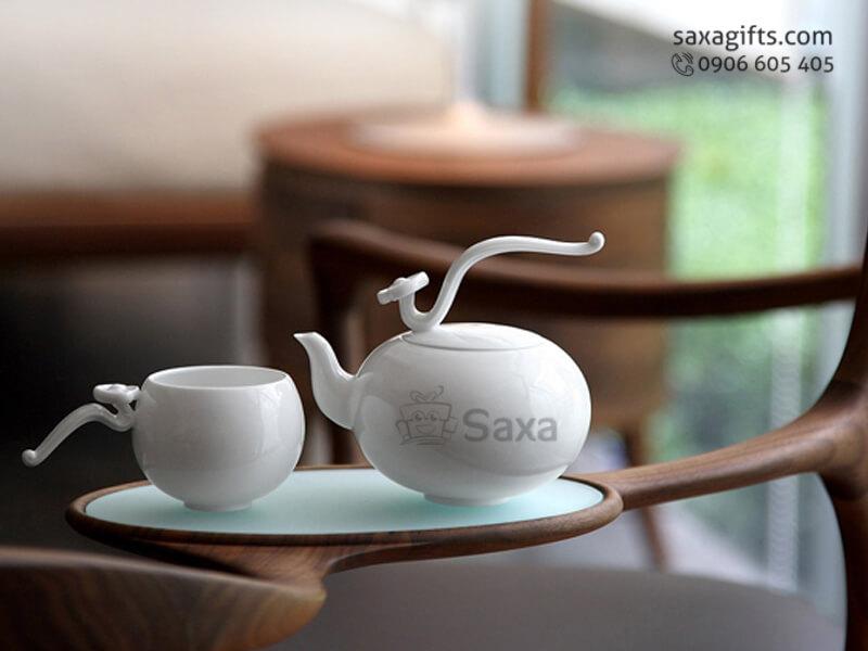 Bộ ấm trà in logo gốm Minh Long quai cầm hình gậy như ý