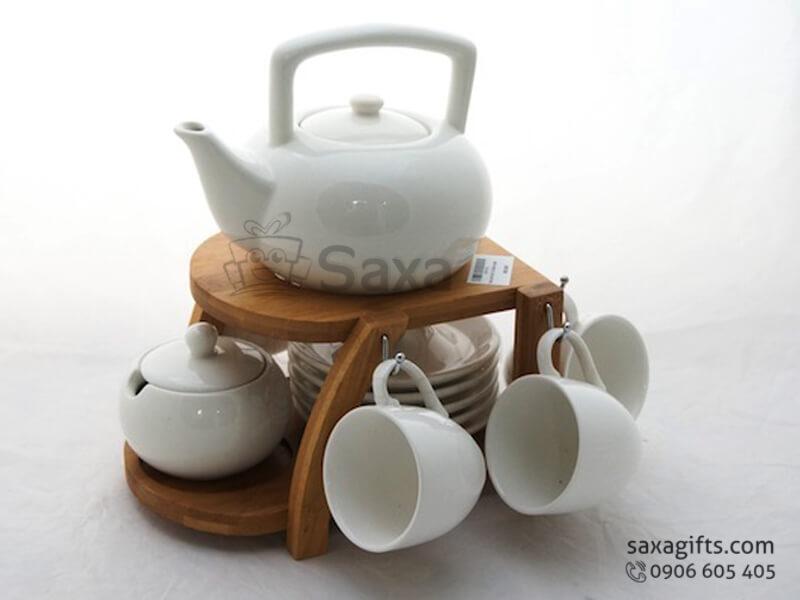 Bộ ấm trà in logo gốm sứ Minh Long có giá treo ly bằng gỗ