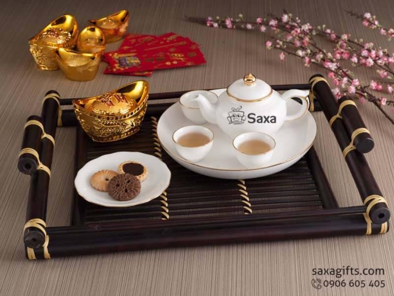Bộ ấm trà in logo gốm sứ viền vàng sang trọng