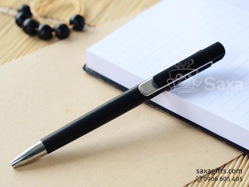 Bút bi nhựa in logo dạng bấm màu đen phối bạc