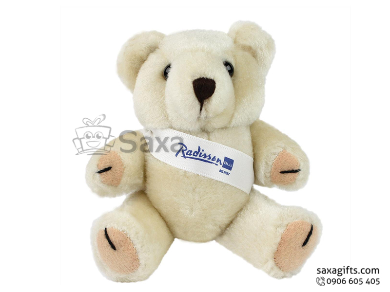 Gấu nhồi bông in logo Radisson đeo băng rôn