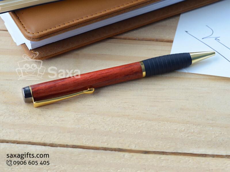 Bút ký gỗ in logo kiểu xoay màu đỏ sang trọng