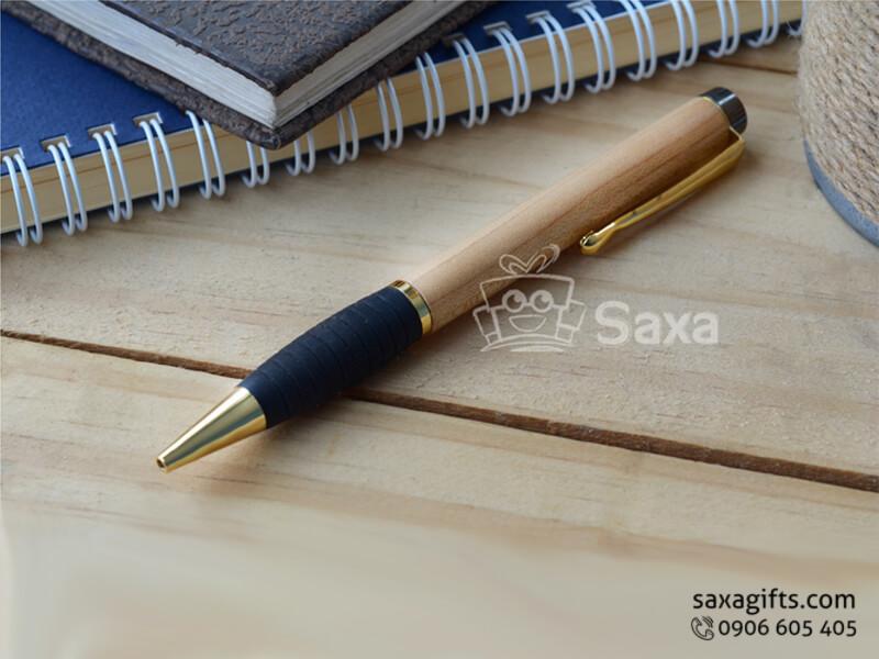 Bút ký gỗ in logo nắp xoay phối cao su cao cấp