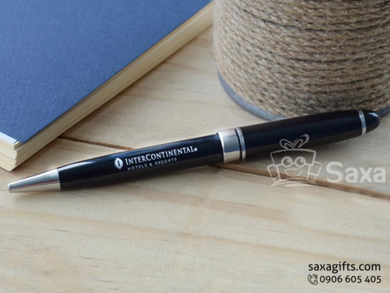 Bút ký kim loại in logo màu đen phối bạc nắp xoay
