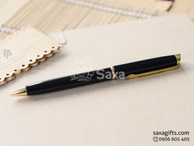 Bút ký kim loại in logo màu đen phối vàng nắp xoay vuông
