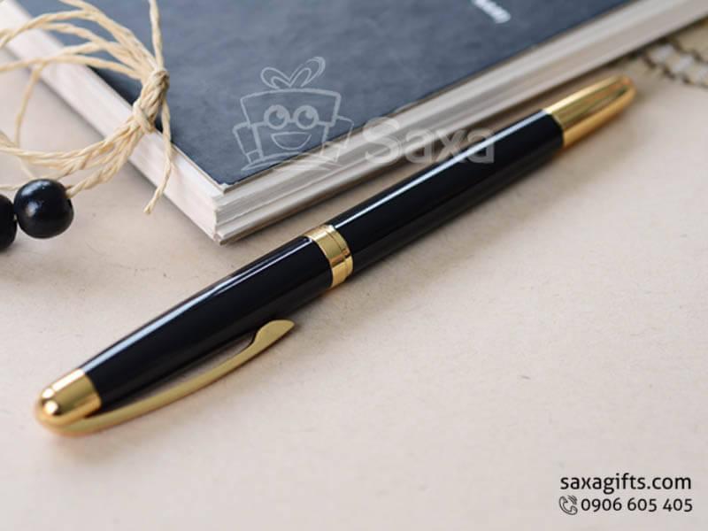 Bút ký kim loại in logo màu đen phối vàng nắp rời