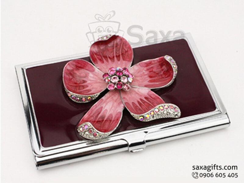 Hộp namecard kim loại in logo gắn bông hoa đính đá sang trọng