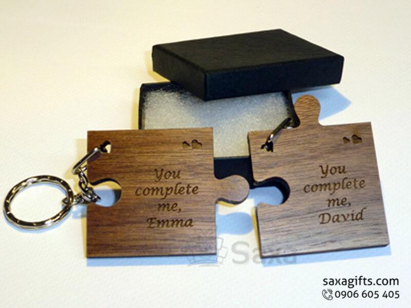 Móc khóa gỗ in logo kiểu mảnh ghép tình yêu dễ thương