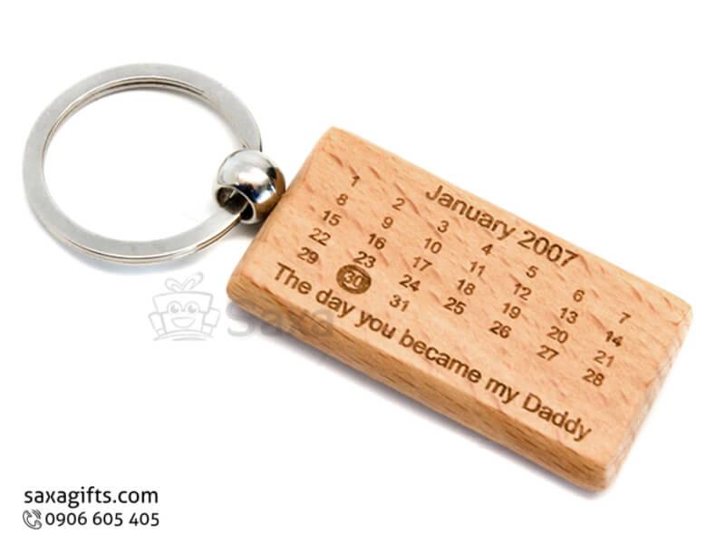Móc khóa gỗ in logo kiểu tờ lịch khắc ngày kỷ niệm
