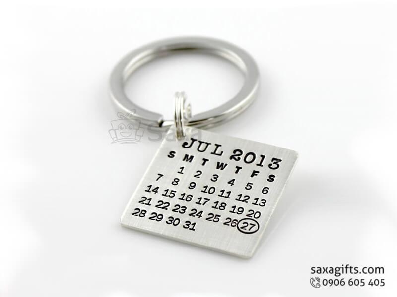 Móc khóa kim loại in logo kiểu lịch khắc ngày kỷ niệm