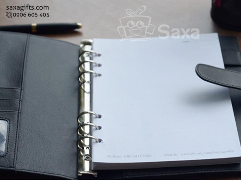 Sổ da in logo bìa còng inox (hoặc dạng gáy lò xo) chắc chắn, có giắc cài bút và giắc cài sổ tiện dụng. Hoặc khách có thểđặt in logo sổ datheo mẫu riêng của mình.