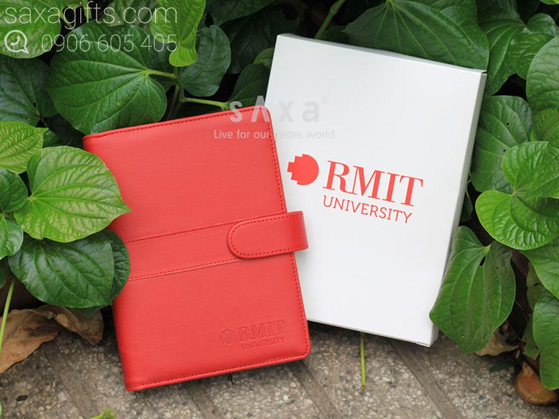 Sổ bìa còng giắt cài dạng hít nam châm chìm màu đỏ dập logo RMIT